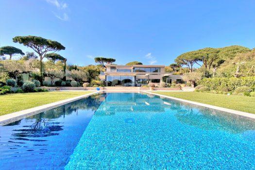 Villa moderne vue mer à vendre à pied des plages de Beauvallon