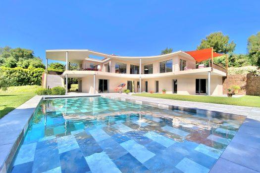 Villa contemporaine vue mer à pied des plages de Beauvallon