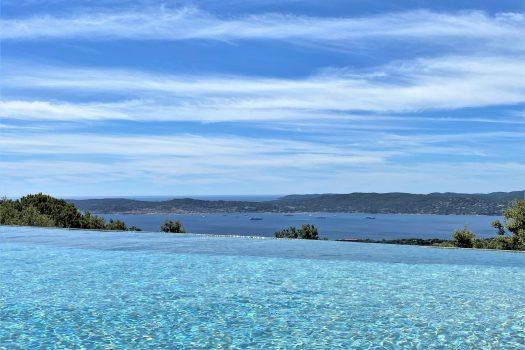 Villa contemporaine vue mer panoramique sur le Golfe de Saint-Tropez à vendre à Beauvallon